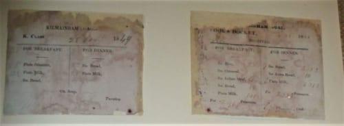 囚人の食券。囚人の階級により食事内容や配分量が異なっていた。 1849年の日付けがあり、パンや牛乳の配給量が記されている。