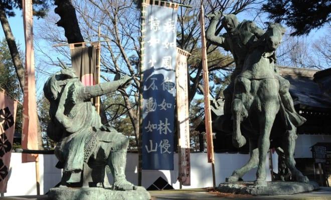 川中島にある信玄と謙信像。川中島合戦はお互いにとって不毛な戦いだった。