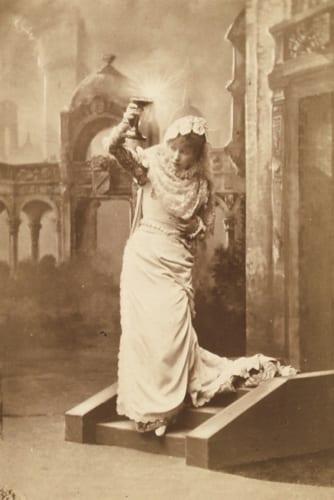《舞台姿のサラ・ベルナール 舞台『エルナニ』》キャビネ判 ダニエル・ラドゥイユ・コレクション