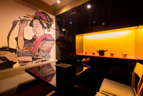 オリジナルの浮世絵風絵画が目を楽しませる4名掛けの完全個室。ゆっくりと寛ぎながら蕎麦をいただける空間となっている。
