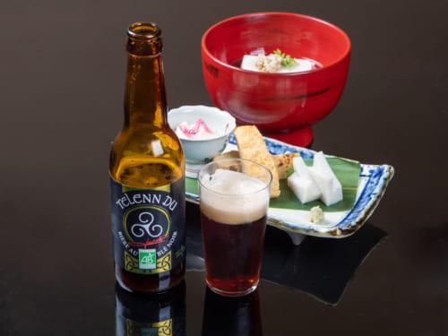 ブルターニュ地方の特産そば30%使用したフランスのビール「テ レンデュ」。黒色の独特な苦みが蕎麦と合う。