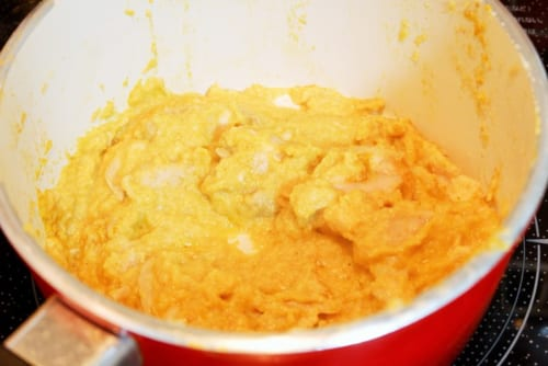 1の鶏肉とカレー粉を加え、さらに炒める