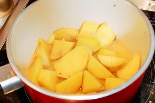 1cmほど水を入れた鍋でふたをし、弱火で10分蒸し煮にする。