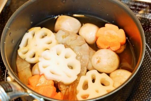 鍋に具材を入れ、水、白だしを加える。落としぶたをし、弱火で15分煮込む