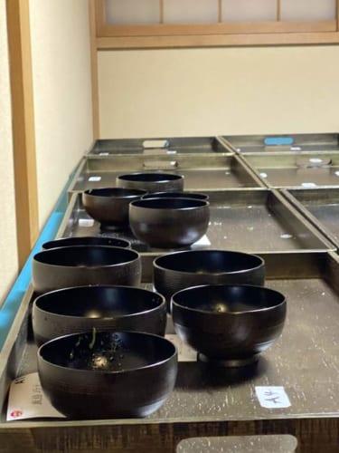 裏方では、食事で使用した『漆椀 ちょもらんま(中、小)』をお土産に持ち帰れるように桐箱に詰める作業が、室瀬和美さんのスタッフと日本橋三越本店の美術営業部のスタッフによって行なわれていた。
