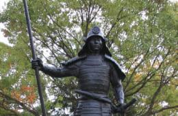 冷酷で残虐な側面がある一方で慈悲深さもあわせ持っていた信長。 (名古屋市緑区の桶狭間古戦場公園に立つ信長銅像)。