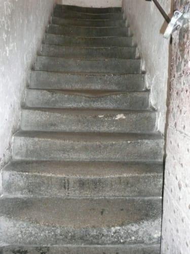 何世紀にも渡り囚人が昇り降りした石段は真ん中が擦り減り、長い年月を感じさせる。