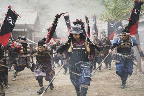 「戦国のリアル」が追求された合戦シーン。ドローンなど最新の撮影機材が惜しみなく投入されている。ドラマ『スローな武士にしてくれ』の戦国版に期待大。