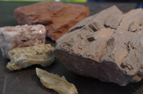 ⑦さまざまな畑の土壌。右の白い塊が、ホフマンの畑から採取してきた石灰質土壌。