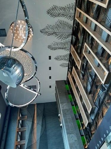 広々とした大きなロビーで、ウェルカム・シャンパンをいただく。天井も高く、すべてにおいて大きくて広々とした印象を与える。