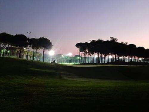 非常に明るいが目には優しいライトで、夜でもボールが見やすい。夜中のゴルフは「癒し」にも似て、どこかプレーに集中しやすい効果があるように思う。