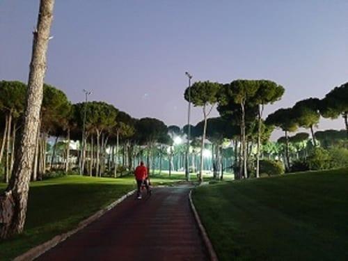 ゴルフ場のあまりの明るさに、夜中であることを時に忘れてしまう