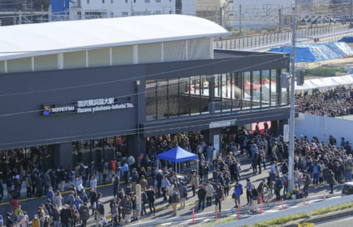 群衆に囲まれる羽沢横浜国大駅
