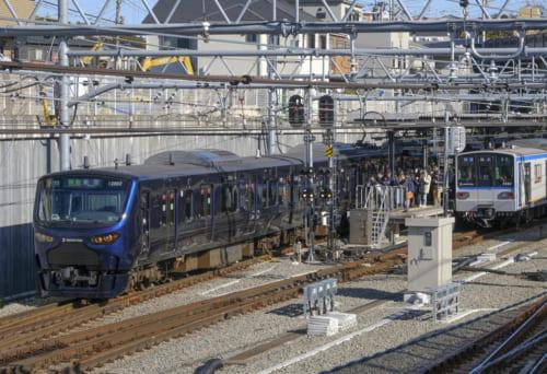 西谷駅の新宿行き12000系電車