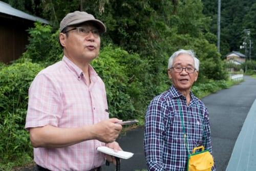 西村覚良さん(右)は山県市在住の郷土史家。『岐阜県史』などの編纂にも携わった。三重大教授・藤田達生氏の『明智光秀伝』取材旅行の際には、同行して解説いただいた。