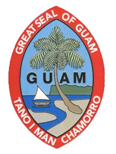 「タノ・イマン・チャモロ(Tano I'Man Chamorro=チャモロ民族の土地)」と書かれた、彼らの勇気と忍耐力を象徴しているといわれるグアムシールの由来には諸説あるが、1912年に米海軍司令官キャロル・ポール(Carrol E. Paul)の妻ヘレン(Helen)が描いたスケッチをワシントンD.C.が1917年承認後、島旗に採用されたという説が有力である