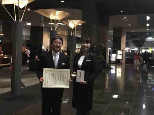 総支配人・佐藤伸二さん(左)、チーフコンシェルジュ・山本美砂さん(右)