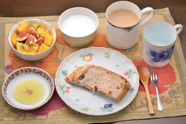 前列中央から時計回りに、自家製パン(クルミ・レーズン)、オリーブオイル、季節の果物(イチジク・柿・ゴールドキウイ)、ヨーグルト、カフェオレ、白湯。ヨーグルトは果物にかけて食す。オリーブオイルはイタリア在住の友人から入手するトスカーナ産。カフェオレに砂糖は入れない。