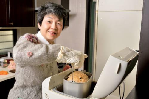 """ホームベーカリーは""""タロー君""""と命名。「タロー君、お願いしまーす」とスイッチオンし、その7時間後には「上手に焼けたね」と取り出す。一度に焼くパンは1斤半。これを7枚に切り、1枚の半分が1食分。残りは冷凍に。"""