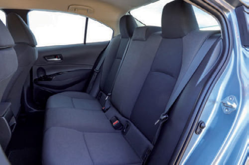 後席の着座位置は低め。足元も頭上の空間もゆったりしている。