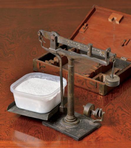 強力粉(きようりきこ)は400g(1斤半分)ずつ小分けにし、冷凍保存。年代物の秤は囲碁の道に導いてくれた父の遺品で、パンを焼くようになってから使い始めたという。