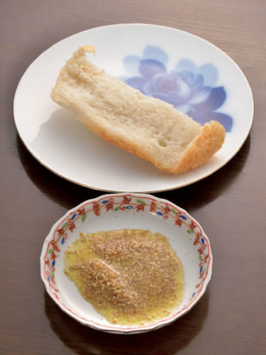 クルミやレーズンを入れない白いパンには、炒擂り胡麻にオリーブオイルを落として混ぜ、パンにのせていただく。炒り胡麻は東京・池上の胡麻専門店『いい友』製を愛用。
