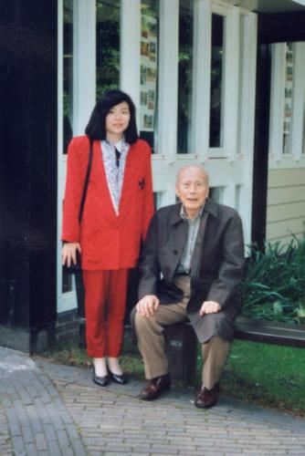 師である岩本薫氏はその晩年、碁の海外普及に情熱を注いだ。ブラジルのサンパウロに続いて平成4年、オランダ・アムステルダムに囲碁会館が竣工し、それを記念して師と共に同地を訪れた時の一葉う。新海さん34 歳の頃。