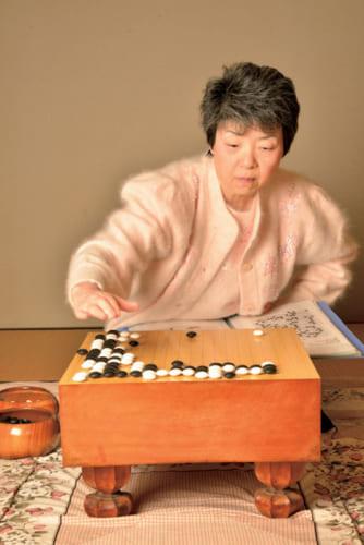 今なお、尊敬する加藤正夫九段(平成16年没)の2年間の棋譜をなぞって研究する。碁盤の前に座ると顔つきが一変、勝負師のそれになる。碁盤は岩本薫氏から譲り受けたものだ。