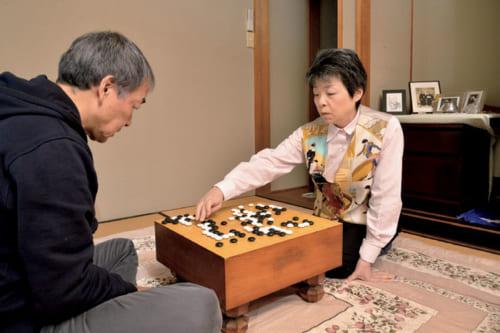 オリーブオイルを分けてくれる岡勇さん(アマ三段)が、イタリアから一時帰国し、一手指南。指導碁は1時間ほどで終了し、その後、並べ直して手直しや指導が行なわれる