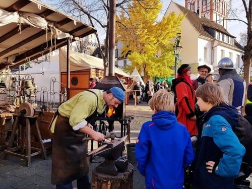 鍛冶屋の実演に子どもたちも興味津々。