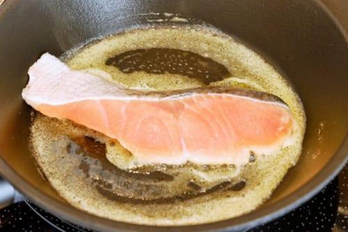 フライパンにバターを溶かし、鮭を両面焼いていく