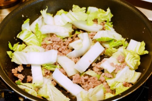 白菜の芯を加え、しんなりするまで炒める。葉を加え、さらに数分炒める