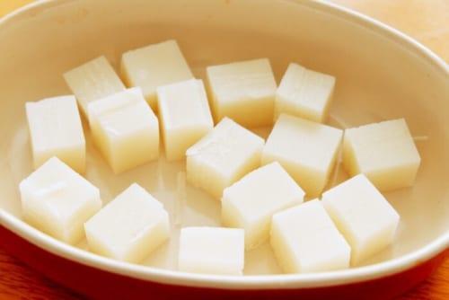 切り餅は角切りにし、耐熱皿に入れる