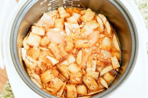 炊飯器に、米、2の具材と切りイカや干しえびなどを入れる。★の調味料を入れ、炊飯器の2合の位置まで水を入れ、普通炊飯する