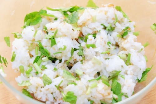 せりは細かく刻み、いりごま、かつお節、めんつゆ、ご飯と一緒に混ぜる