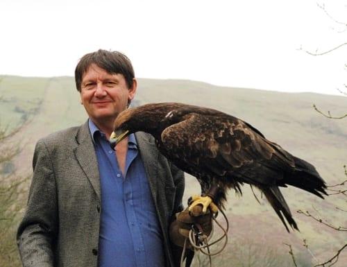 カール・ジョーンズ氏 Jones w-eagle by Durrell Wildlife Conservation Trust.
