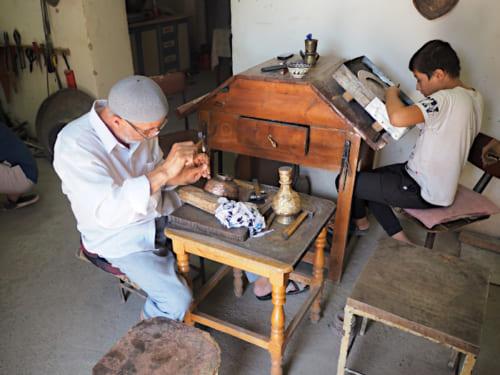 各工房には幅広い年代の職人がおり、技術を継承している