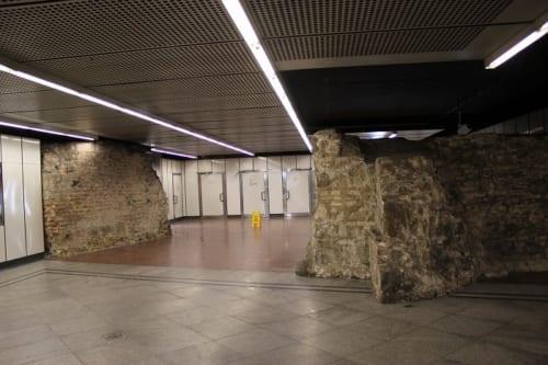 構内に壁がそびえたつ駅