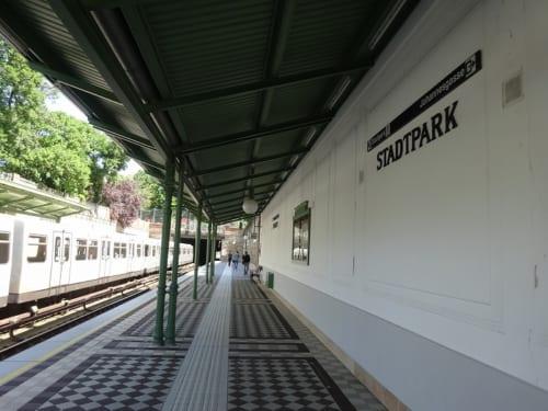 シュタットパーク駅プラットホーム