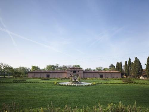 緑あふれる地に建つサッシカイアのワイナリー。「今後は、ボルゲリでのワインツーリズムも盛んに取り入れていきたい」とプリシラさんは言う。