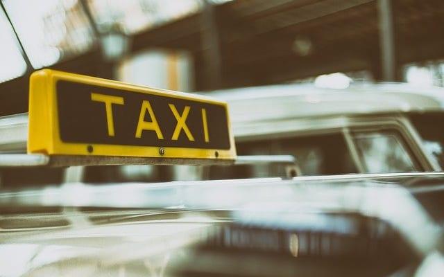 タクシー乗車時、運転手と会話する人80.5%