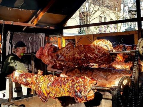 豪快な豚の丸焼きに衝撃を受ける。