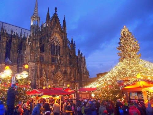 ケルン大聖堂前で開かれるクリスマス市。