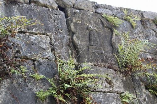 橋のアーチの頂点にはカトリック教の聖人「アントニオ・パドゥアに捧げる」と刻まれたキーストーン=楔(くさび)石が今も残る