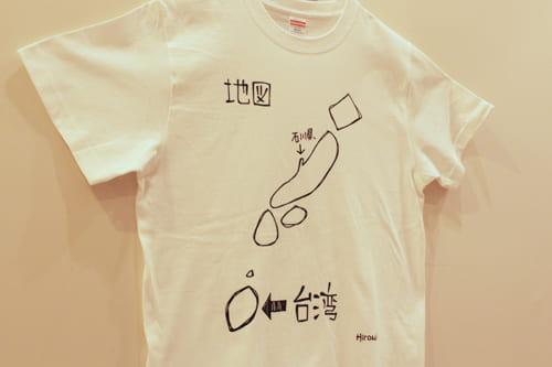 思わず買ってしまった人気の地図Tシャツ。見るたびにクククと笑ってしまう。
