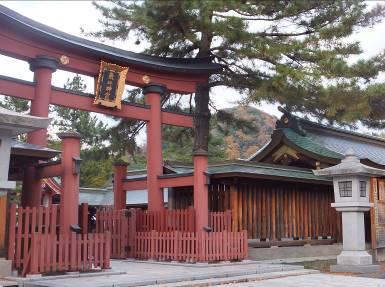 氣比神宮中鳥居の向こうに見える天筒山 その先に金ヶ崎がつらなる