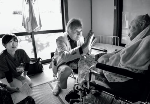Yさんは105歳の高齢だが、座位を保ち、口からものを食べ、「おはよう」などの挨拶も交わせる。訪問診療を始めてから、およそ8年が経過。家族と医師がさまざまなコミュニケーションをとりながら診察を続けている。