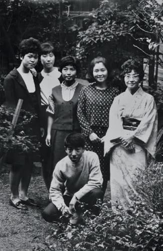 源兵衛さんは4人きょうだいで、3人の姉がいるひとり息子。小学生の頃から当主としての心得を叩たたきこんだという母(右端)、すぐ上の姉(後列中央)とその友人らと一緒に。源兵衛さん高校生の頃。