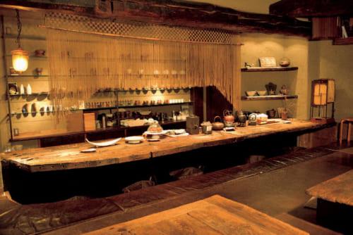"""16年前に開店した『素夢子古茶家(そむしこちゃや) 』。ここで上の梅茶や生姜茶など、夫人手作りの韓国茶が楽しめる。内装はシルクロードをイメージし、""""素(す)の自分を思い起こしてほしい""""との意味を込めて店名にした。京都市中京区烏丸三条西入ル御倉町73 電話075・253・1456"""