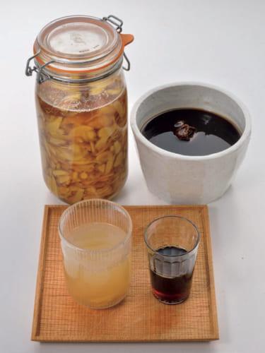 韓国のお茶が源兵衛さんの元気の源だ。梅エキス(右)は6年物で、そのまま飲んだりお湯割りやソーダ割りに。生姜茶(左)は生姜を圧搾し、水で割ったもの。生姜も泯さんが育てたものだ。